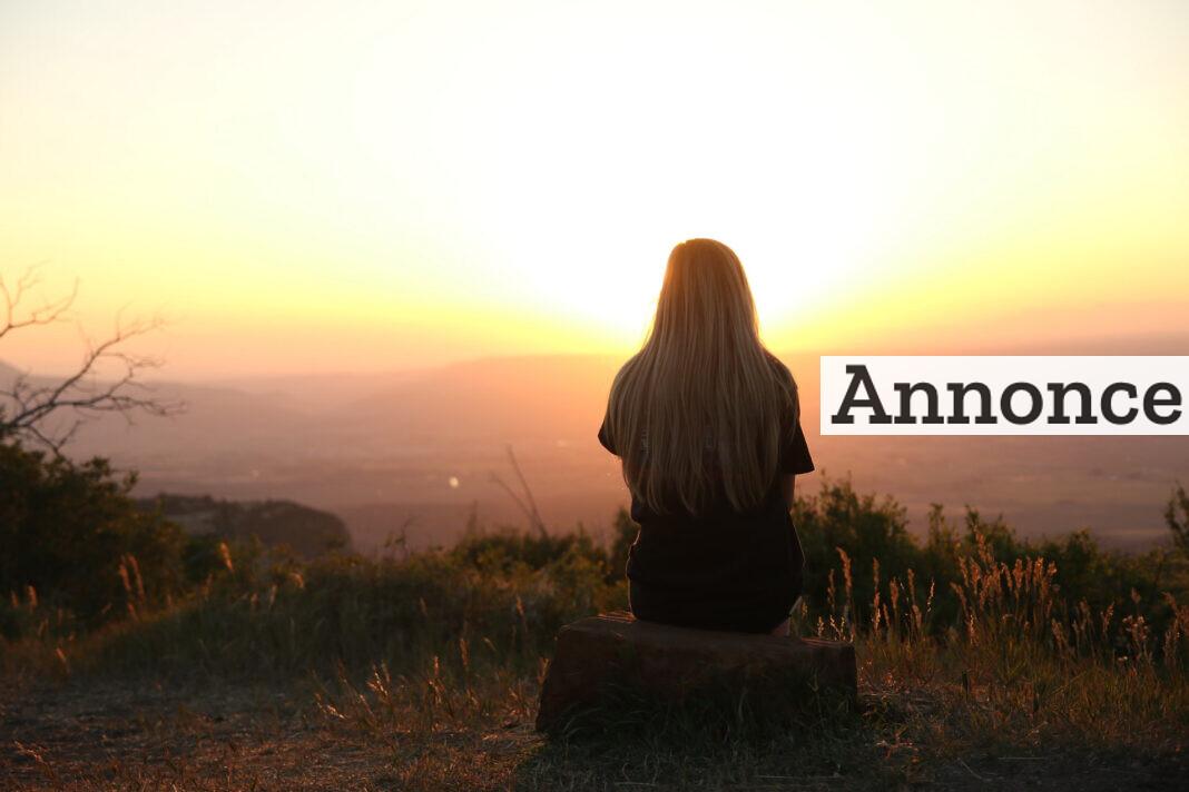 Kvinde kigger på solnedgang