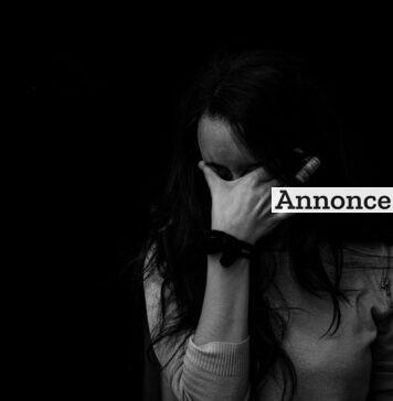 Trist kvinde gemmer ansigtet i hænderne